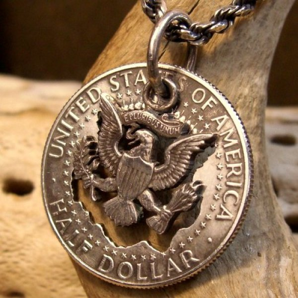 画像1: 本物の50セントコインを使用した ケネディーコイン ペンダント (1)